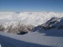 Picos de montaña nevados en las montañas Fotografía de archivo libre de regalías