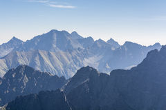 Picos de montaña por la mañana Foto de archivo libre de regalías