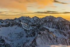 Picos de montaña por la mañana Imagen de archivo