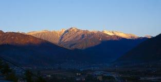 Picos de montaña que consiguen la primera luz de la mañana Fotografía de archivo libre de regalías