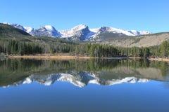 Picos de montaña que reflejan en el agua 7 Fotos de archivo