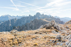 Picos de montaña rocosa en luz del sol Fotografía de archivo