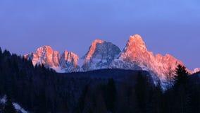 Picos de montaña rojos Fotografía de archivo libre de regalías