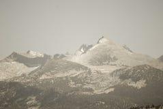 Picos de montaña silenciados Nevado Imagen de archivo