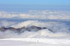 Picos de montaña sobre las nubes en el Jungfraujoch Imagenes de archivo