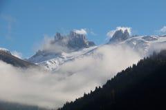 Picos de montañas alpinas Fotos de archivo