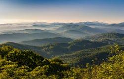 Picos de montañas brumosas Imagen de archivo libre de regalías