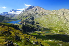 Picos de montañas del verano fotos de archivo