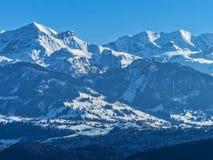 Picos de montañas hermosos cubiertos en nieve en Suiza imagen de archivo libre de regalías