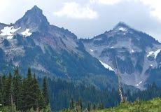 Picos de montaña rugosos Imagenes de archivo