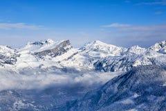 Picos de montaña sobre las nubes Fotos de archivo libres de regalías