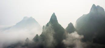Picos de montanha acima das nuvens no parque nacional da montanha de Tianmen, Zhangjiajie, China Imagens de Stock Royalty Free