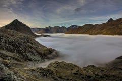 Picos de montanha acima das nuvens Um dos vulcões de Kamchatka Os vulcões de Kamchatka estão fascinando imagens de stock