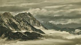 Picos de montanha alta que aumentam da névoa no vale fotos de stock royalty free
