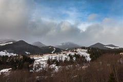 Picos de montanha cobertos de neve do inverno em Europa Fotos de Stock