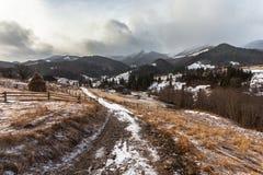 Picos de montanha cobertos de neve do inverno em Europa Fotos de Stock Royalty Free