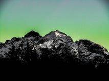 Picos de montanha com fundo azul esverdeado Fotografia de Stock Royalty Free