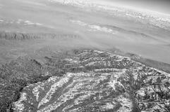 Picos de montanha com vista nevado, aérea Superfície da Terra Proteção ambiental e ecologia Descoberta e aventura fotografia de stock