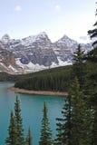 Picos de montanha e lago da moraine imagem de stock royalty free