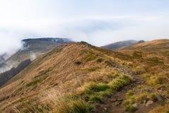 Picos de montanha na névoa e nas nuvens conduzidas rapidamente afastado pelo vento Parque nacional de Bieszczady foto de stock