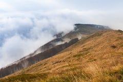 Picos de montanha na névoa e nas nuvens conduzidas rapidamente afastado pelo vento Parque nacional de Bieszczady imagens de stock royalty free