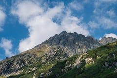 Picos de montanha nas montanhas polonesas de Tatra imagem de stock