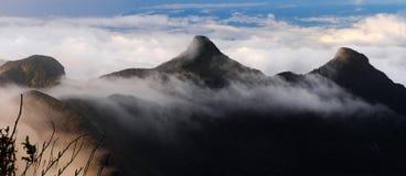 Picos de montanha nas nuvens Fotos de Stock