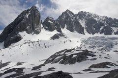 Picos de montanha nevado com nuvens Imagem de Stock Royalty Free
