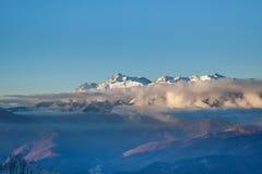 Picos de montanha nevado no por do sol Imagens de Stock Royalty Free
