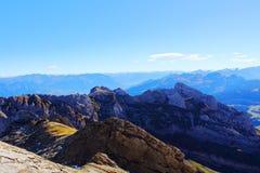 Picos de montanha no dia claro do verão lazer Paisagem da montanha foto de stock royalty free