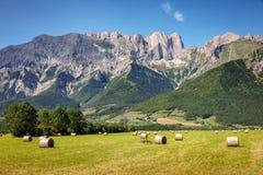 Picos de montanha no verão em Hautes-Alpes, cumes do sul, França Fotografia de Stock