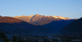 Picos de montanha que obtêm a primeira luz da manhã Fotografia de Stock Royalty Free