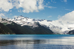 Picos de montanha rochosa bonitos que elevam-se sobre o lago Fotografia de Stock Royalty Free