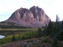 Picos de montanha vermelhos do castelo Imagens de Stock