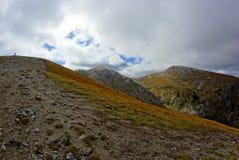 Picos de montanha vermelhos, montanhas de Tatras no Polônia imagens de stock