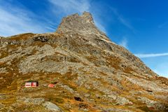 Picos de montanhas da pesca à corrica em Noruega Imagem de Stock