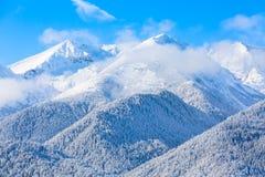 Picos de montanhas e céu azul com fundo das nuvens foto de stock royalty free