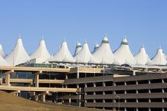 Picos del aeropuerto internacional de Denver y lepisosteus del estacionamiento Imagenes de archivo