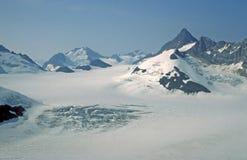 Picos del hielo y de montaña en bahía de glaciar imagen de archivo libre de regalías