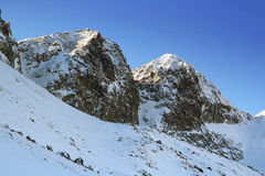 Picos del invierno en montañas Foto de archivo