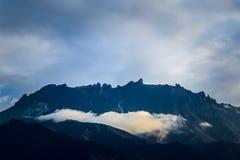 Picos do Monte Kinabalu com a nuvem de baixo nível na manhã foto de stock royalty free