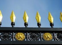 Picos dorados en una cerca vieja del labrado-hierro fotos de archivo libres de regalías