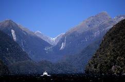 Picos e barco de montanha Foto de Stock Royalty Free