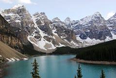 Picos e lago de montanha Fotografia de Stock Royalty Free