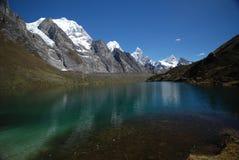Picos e montanhas da neve em Peru imagens de stock