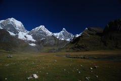 Picos e montanhas da neve em Peru Fotos de Stock Royalty Free