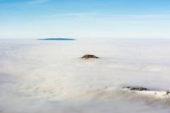Picos en las nubes Imagenes de archivo
