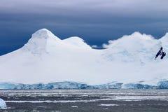 Picos frígidos - la Antártida Foto de archivo libre de regalías