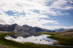 Picos Himalaias em uma poça pequena Fotos de Stock Royalty Free