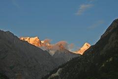 Picos himalayan de la nieve de la puesta del sol del gangotri la India fotos de archivo libres de regalías